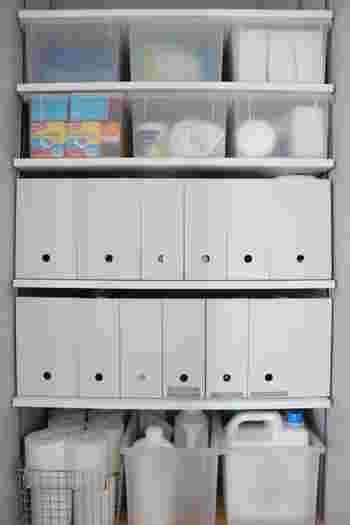 軽いので、パントリー上方の棚に収納しても、取り出しやすいでしょう。 ストックする数は、ボックスに入るだけとルールを決めておくと、あぶれず収納できるようになります◎  用途多彩なジップロック、ストックも置き場所を作って活用してくださいね。