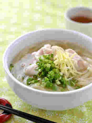 寒い日に食べたい麺料理といえば、温かなうどん。すりおろし生姜を加えれば、さらに体がポカポカに。鶏むね肉で出汁をとる、簡単なのに美味しいうどんのレシピです。