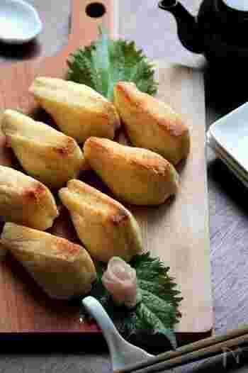 油揚げを煮る代わりに焼き上げる、甘くないいなり寿司。ごはんに鰹節とチーズを入れて、うまみとコクもアップ!カリッとジューシーないなり寿司はクセになる美味しさです♪