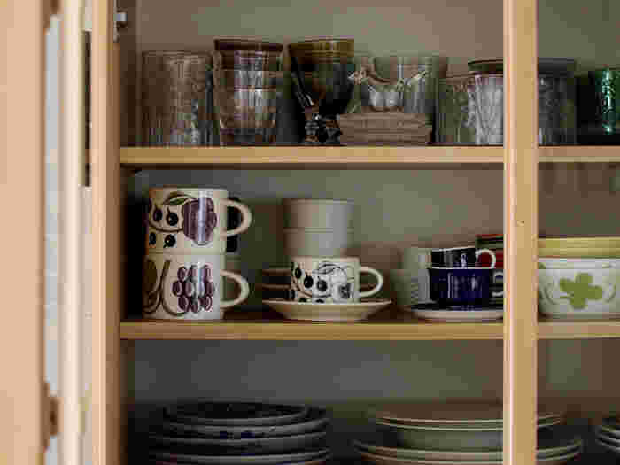毎日使うキッチン、食器や調理器具は上手に収納したいですよね。 でも、賃貸物件やスペースによっては思うように食器棚などが置けない場合もあります。 そんなときに、ちょっとだけ工夫して自分で収納スペースを作る方法をご紹介します。