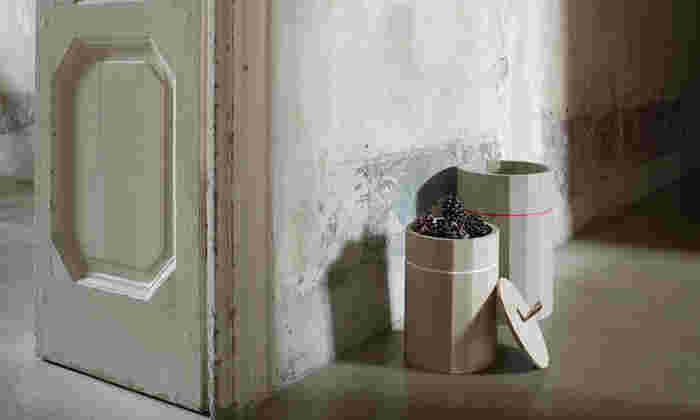 「カリモク家具」が手がけるブランド「KARIMOKU NEW STANDARD」の、コンテナ カラービン。ただ置いているだけでお部屋のセンスがぐっと良くなるような、素敵な小物入れです。