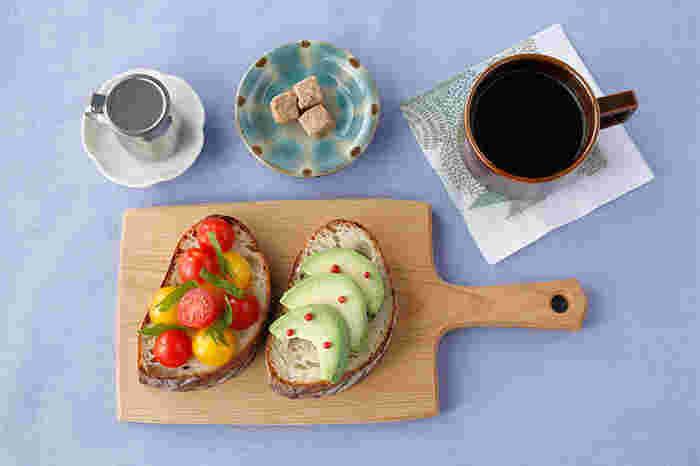 カッティングボードにパンやサラダをのせると、雰囲気が出ますね。お気に入りのカトラリーやマグカップなどと合わせれば、ランチタイムが楽しくなりそう。夜は、チーズやハムを盛りつけるのもいいですね。