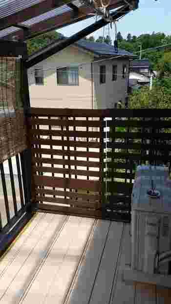 手すりを隠すだけじゃなく、隣近所からの視線を遮るのにも使えます。プライベートスペースを作ってみませんか?  ただしマンションなどの場合は、規約をよく確認してくださいね。