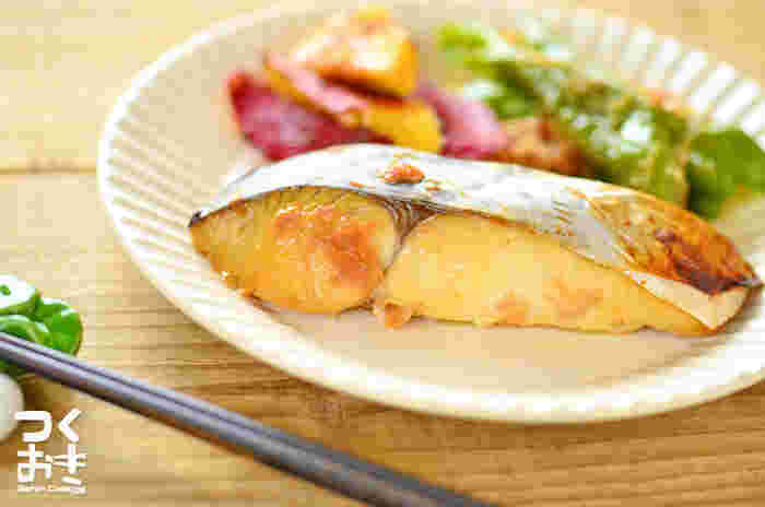 梅しょうゆみりんを合わせたものに一晩漬けて焼くだけというお手軽レシピ。梅は防腐効果も高いので作り置きレシピに欠かせない食材です。