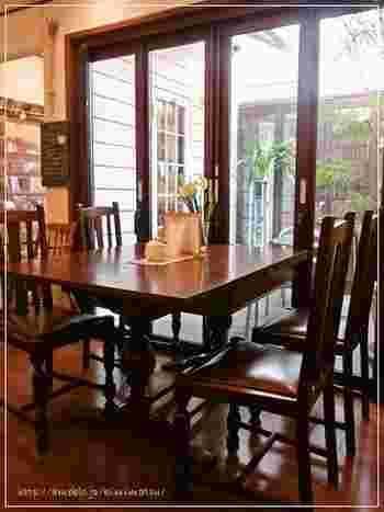 喫茶室の席数は14席。 品揃え豊富な店内には原書の輸入版もあり、お取り寄せや郵送も行っています。