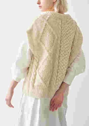 ダボっとゆる〜く着こなせるニットは、2019‐2020の秋冬のトレンド!シャツの上に重ね着こなすのが、おすすめスタイル。もこもこ着心地もよく、包まれるような優しい気持ちになりますね。