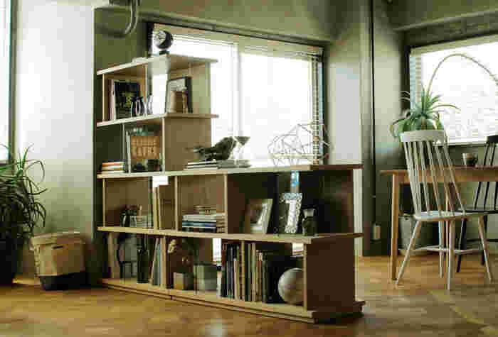 思い切って棚を壁際ではなく中心に置くことによって、空間が2つに分けられメリハリがつきます。オープンシェルフであれば両サイドから見ても収納とディスプレイができ、家具の背面感が無く見た目も◎