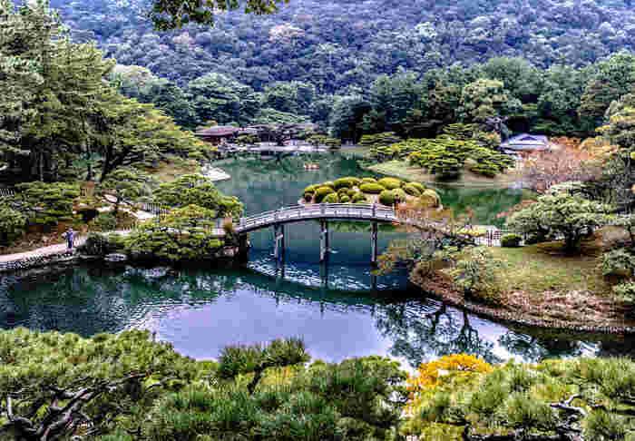 香川県高松市栗林町にある、「栗林公園」は香川観光の定番スポットです。春は桜が美しく、お花見の見物客で賑わいます。街中にある静かな庭園は、街の喧騒から離れ、心を安らかにしてくれます。