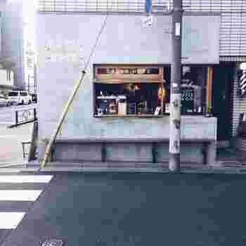 大江戸線、蔵前駅から歩いて約2分。厩橋(うまやばし)の手前にあるのがLEAVES COFFEE APARTMENTです。2016年のオープン以来、蔵前エリアで注目されているコーヒースタンドの1つ。  元プロボクサーでフードデザイナーの石井康夫氏が手掛けたコーヒースタンドで、「咲いては散る葉のように常に新しく生まれ変わろうとする蔵前の街に、一杯のコーヒーを通じてより多くのこだわりある人々が集まるきっかけになって欲しい」という想いを込めた店名通り、行列ができる人気店です。