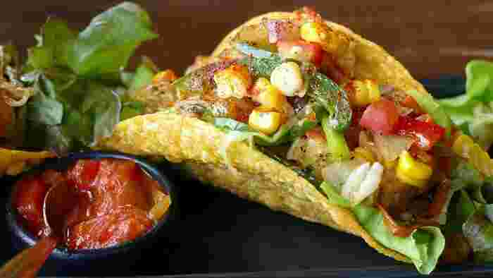サルサソースは、トマトや玉ねぎのみじん切りを、レモン汁やタバスコに漬けたメキシコの代表的な香辛調味料。タコスなどメキシコ料理に欠かせない、味の決め手です。