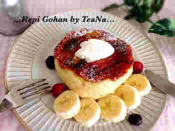 カラメルをからめたバナナがおいしいスイートなスフレパンケーキ。型を使ってフライパンでじっくりと焼き上げています。