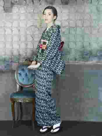 小さなペンギン柄モチーフの着物に市松柄の帯を合わせたコーディネート。 シックな色合いで大人っぽい雰囲気です。
