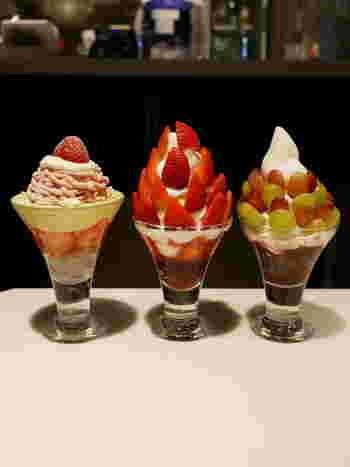 北海道の牛乳を使ったこだわりソフトクリームや新鮮なフルーツがたっぷり使われているのが特徴。中でも特に人気なのが、10個以上のいちごといちごジュレがたっぷりの「贅沢いちご」。その名の通り、リッチな見た目と味わいです。