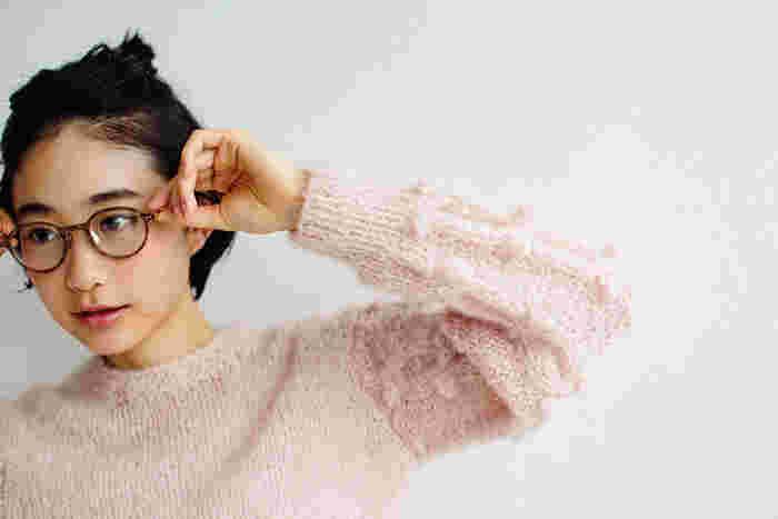袖のコロンとした玉編みとケーブル模様がアクセントになった、ふんわりモヘヤのセーターです。シンプルながらしっかりとした存在感をはなちます。