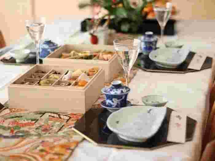 新年のご挨拶で来てくれるお客様。せっかくなら、お酒と美味しいお料理でおもてなししたいですよね。おせち料理のアレンジや余った食材を活用した料理にすることで、お正月らしさを出しつつ話題作りにもなるかも?見栄えの良いものから簡単なものまでレシピをご紹介するので、ぜひ参考にしてみてください!