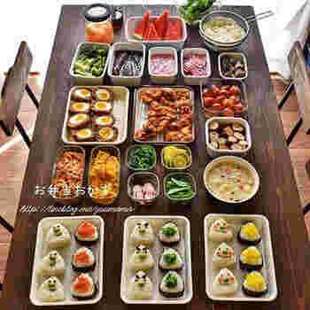 お肉の茶色、卵系の黄色やプチトマトの赤に青菜の緑…彩りも重要なポイントになります。いつもの食材にも少し手を加えて華やかさを出すことも大切です。詰める前に一度画像のように全て並べておくと焦らず綺麗に詰めることができますよ。是非実践してみましょう。