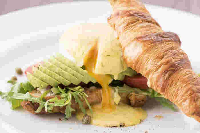 ニューヨーク発のレストラン『サラベス』。エッグベネディクト、リコッタパンケーキなど、ヘルシーテイストの料理がいただけます。