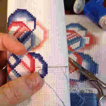 布などのマス目に沿って×(クロス)形に糸を交差させ、模様を作っていく技法を「クロスステッチ」と言います。 シンプルな技法なので初心者さんにもおすすめですよ。