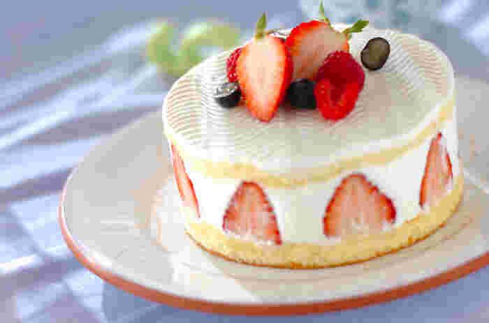 イチゴのデザートといえば、ショートケーキですよね。 チーズの中でもあっさりとした味わいのフレッシュチーズ・フロマージュブランを使ったショートケーキは、クリームたっぷりで軽い口どけを楽しめます。