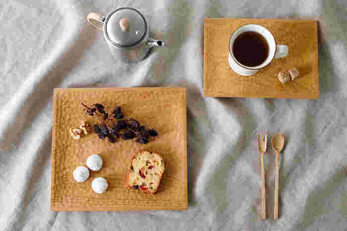角皿はメイン料理を乗せたり、トレーとして使ってもいい深みの浅いデザインです。ワンプレートのランチを盛り付けても映えそうですね。