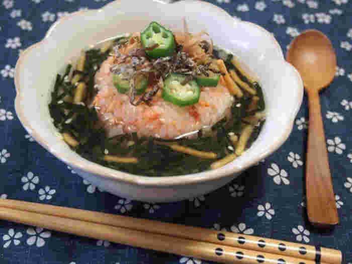 鮭フレークを使ったお茶漬けは定番ですが、こちらのように焼きおにぎりにしてみるのはいかが? 食べ応えだけでなく、香ばしさもアップしますね。 季節の野菜を乗せて楽しんでみるのも良さそうです。