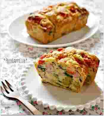 家にあるウインナーや野菜をたっぷり入れたケーク・サレです。ナツメグ、ペパーミックスを多めに加え、ホットケーキミックスの甘さを抑えるのがポイントです。
