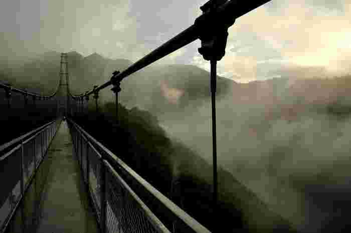 霧立ち込める渓谷に架かる吊橋を歩いていると、まるで天空の橋を歩いているかのような錯覚さえも感じます。