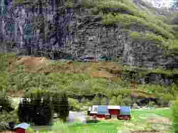 世界でも有数の急勾配ルートで知られるフロム鉄道。車窓から見える、フィヨルドから山間までの景観の大きな変化ぶりも人気の秘密です。