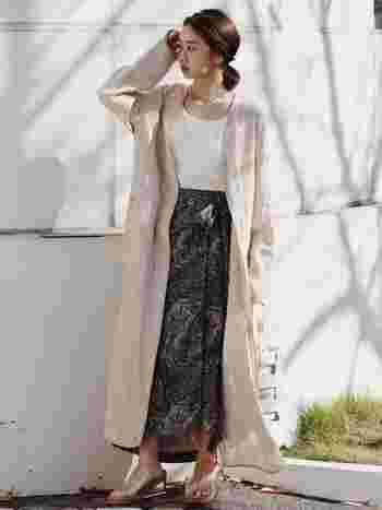 ノーカラーのロングリネンは、風にそよぐ軽やかなスタイルに。上品なリラックスコーデはロングスカートを合わせることで、女性らしさのある着こなしが楽しめますよ。