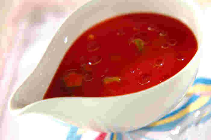 夏が旬のオクラとトマトジュースを合わせたすっきりトマトスープは、見え隠れするオクラの星形が可愛い一品。  生のオクラを使っているので、独特の粘りと歯ごたえを味わえますよ。食べる直前にオリーブオイルを垂らして、風味よく仕上げましょう。