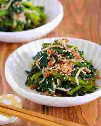 小松菜にちりめんじゃこやかつお節を合わせた「小松菜のじゃこポンおかか和え」は、クセになるおいしさ。5分ほどでササッと作れる常備菜です。小松菜の水気をよく拭いてから調理するのがコツ。