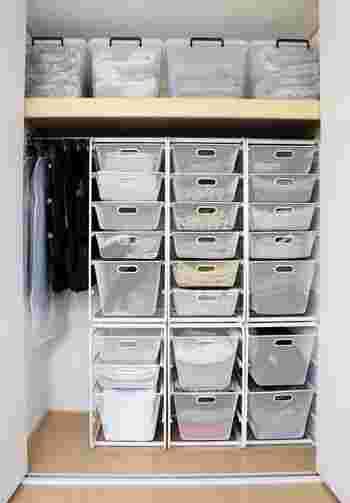 家族の衣類収納は、取り出しやすいことに加え、洗濯し終わった物のしまいやすさも考慮する必要があります。また、季節物の入れ替えをいかに手軽に済ませるかといった点も悩みどころですよね。こちらは、メッシュタイプのかごをメインに使った大型収納。通気性があって出し入れしやすく、中身も見えるので、必要なものの在り処がいつでも把握できます。