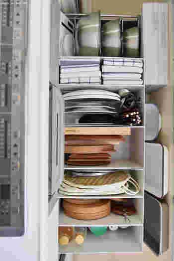 こちらは、無印良品のファイルボックスを利用した収納スタイルを実践しているブロガーさん。扉を開けた時に、何がどこにあるかが、一目瞭然です。これなら、お料理作りもスムーズに行きそうです!毎日使う食器やカトラリーは、あえて、食器棚の引き出しにしまわず、よく使うお料理道具と同じ場所にしまうというアイデアも、とても参考になります。