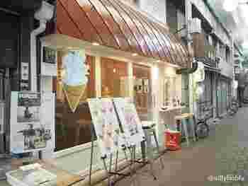 八坂神社などがある東山エリアにあり、昔ながらのアーケード商店街を進んでいくとレトロモダンなお店が見えてきます。こちらにあるのが京綿菓子のお店「ジェレミー&ジェマイマ 」。