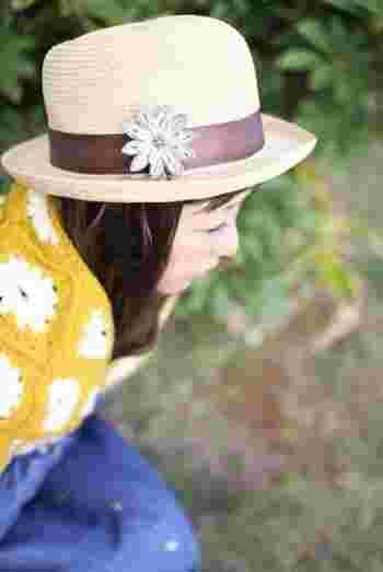 帽子のチャーム。シンプルなハットに女性らしい雰囲気をプラス。花の色をかえれば、また印象が変わりそうです。