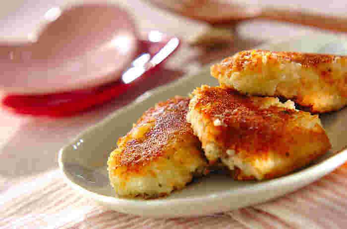 冷めても美味しい、じゃがいもと鮭のおやきもお弁当のおかずにぴったり。じゃがいも、クリームチーズ、塩鮭の塩気がちょうど良く混じり合い、ご飯にもパンにも合います。