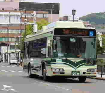 だたし、京都市内は道路の混雑が激しく、バスで移動すると時間がかかってしまうこともしばしば。歩いた方が早い場合もあるので、時間帯や天候、地下鉄で移動できないかなども含めて、移動方法を決めてくださいね。