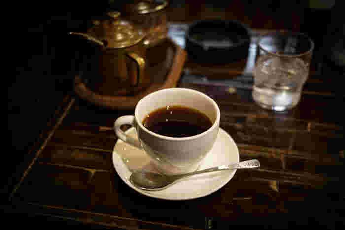 シャルマンでは、アルコールランプを用いたサイフォンで淹れた本格珈琲を楽しめます。コーヒーの風味がいきた、とっておきの一杯をどうぞ。