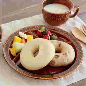 """歴史の深い波佐見焼の定番""""くらわんか椀""""に、現代らしいエッセンスを加えたランチプレート。 1つのお皿にライスやパン、おかず、デザートまで盛り付けられるので、調理も後片付けも簡単。食べ過ぎを予防するのにも役立ちますよ!"""