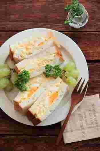 異なる食感の2つのたまごフィリングをたっぷり挟んだ、食べごたえのあるたまごサンドです。  【材料】 卵 3個 Aマヨネーズ 大さじ2 A牛乳 小さじ2 A塩 ひとつまみ 食パン 4枚 バター 14g