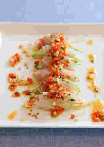にんじん、きゅうり、大根などの野菜の千切りを、鯛などのお刺身で巻くアイデア。アスパラ、トマト、パプリカ、オリーブをみじん切りにした野菜ソースをかけて、アートなひと皿に。