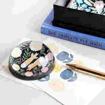 これは、何でしょう?文房具でしょうか? 机の上に出しっぱなしでも格好がつきます。実用的ですが、見た目も素敵です。 和風・洋風どちらにもしっくり合います。  答えは文鎮・ペーパーウェイトです。