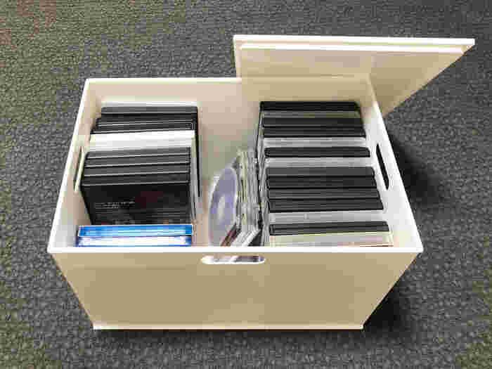 押し入れやクローゼットに大量のDVDを収納するなら、フタ付きボックスで、「上に物を置けるようにすること」。そして、「すべて中身を出さなくてもタイトルが確認できること」が、重視したいポイント。  意外に役立つのが、ニトリの「収納ケース Nインボックス」。子供のおもちゃケースから、衣類の収納まで、さまざまに活躍するボックスです。大きめのレギュラーサイズでは、余裕を持たせてDVDが収まりますよ。