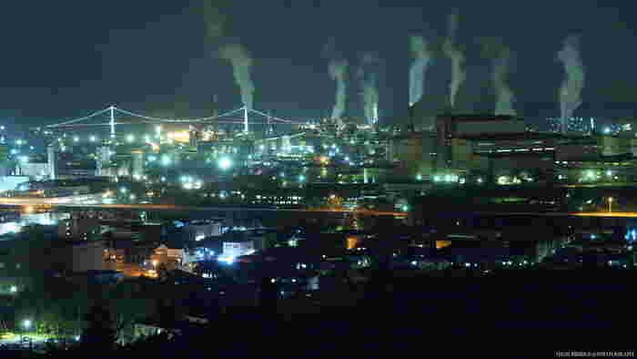 潮見公園展望台は、イタンキ浜に面した高台にある展望台です。眼下には、北海道産業を支えた金属工業の工場群と手前に広がる住宅街の夜景を臨むことができます。