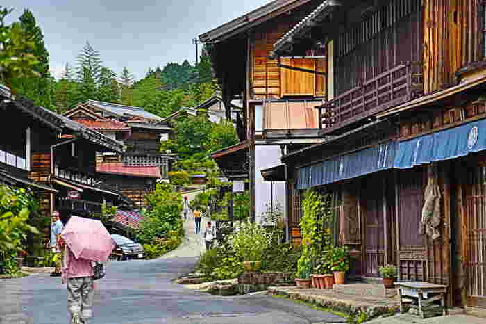 南木曽町は、江戸時代の五街道のひとつで、京都の三条大橋と江戸の日本橋を結ぶ中山道の宿場町として栄えてきました。山間部に佇む江戸時代の面影を色濃く残した街並みは風情があり、まるで時代劇のロケ地のようです。