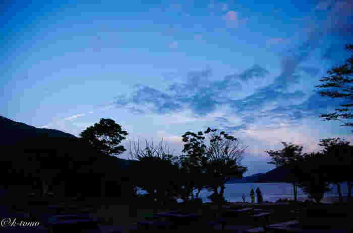 さらに、湖畔の景色が望めるホテルや旅館、キャンプ場といった宿泊施設やレストラン等の飲食店も数々あります。 【芦ノ湖北部に位置する「芦ノ湖キャンプ村」は、親子連れや山ガールに人気。芦ノ湖の景色だけでなく、星空も眺められる。】