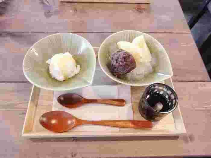 写真は左が大根アイス、右があんみつ。大根アイスは粉雪みたいな口当たりで、優しい味わいです。 上からかけたはちみつが凍って、パリパリっとした食感がアクセントに!