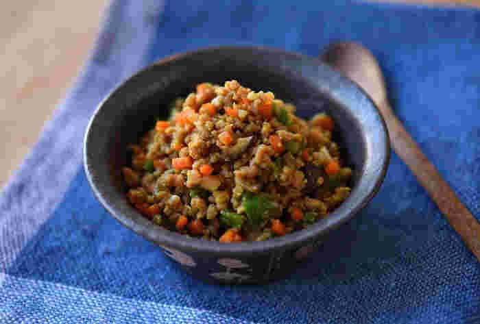 みんなが大好き!カレー味のものを常備菜にしておくと、とても便利。こちらのカレーそぼろは、ご飯のお供にしたり、オムレツに入れてみたり、麺と和えたり...色々と応用価値が高そう。お弁当作りの時にも活躍してくれるので、冷蔵庫にあるととても助かる常備菜です。