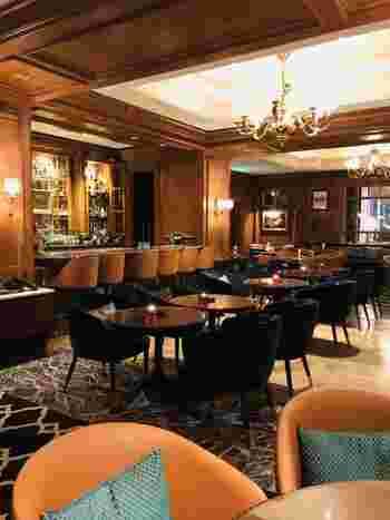 ザ・リッツ・カールトン大阪は、ザ・ロビーラウンジのほか、5階にあるバーでも、週末限定でラグジュアリーアフタヌーンティーを実施しています。時間帯は、14時~19時。紅茶はもちろんですが、シャンパンなどお酒を交えてゆったりしたくなる、大人の心を癒してくれる空間です。