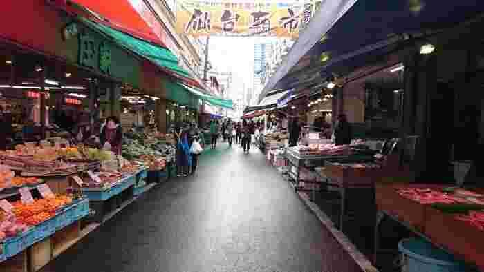 仙台駅に到着したら、まずは腹ごしらえから。仙台駅から徒歩5分ほどの商店街では、日曜祝日以外の日には朝市が開催されているんですよ。